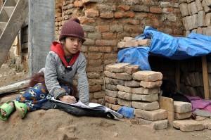 Hausaufgaben neben Trümmern